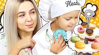 МАМА не умеет готовить! Амелька вызывает Поварёнка, чтобы научил маму готовить Пончики! Kids Video
