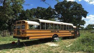 Compra un autobús escolar por $2,200 y lo transforma en esta increíble casa | Kholo.pk