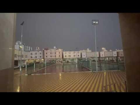 أهالي مكة يفطرون تحت زخات المطر