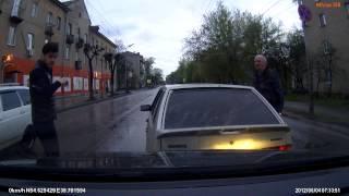 Смотреть онлайн Водитель хотел разобраться, но получил газом в глаза