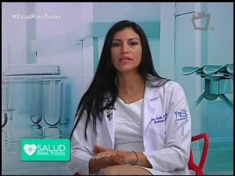 La mujer el pecho que ha aumentado sin operación