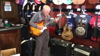81 летний дедушка проверяет гитару перед покупкой