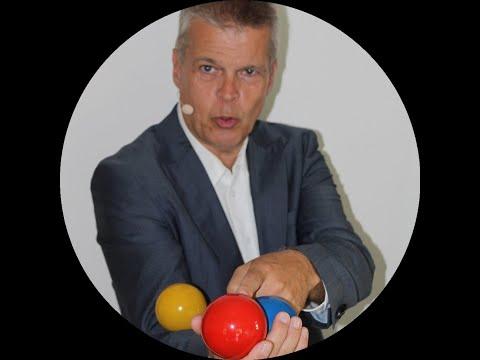 Stephan Ehlers ist Experte für Jonglieren und Gehirn-Wissen und zeigt in diesem Video, welche 7 Übungen mit 2 Bällen vorab nötig sind, um danach erfolgreich 3 Bälle nacheinander werfen und fangen zu können
