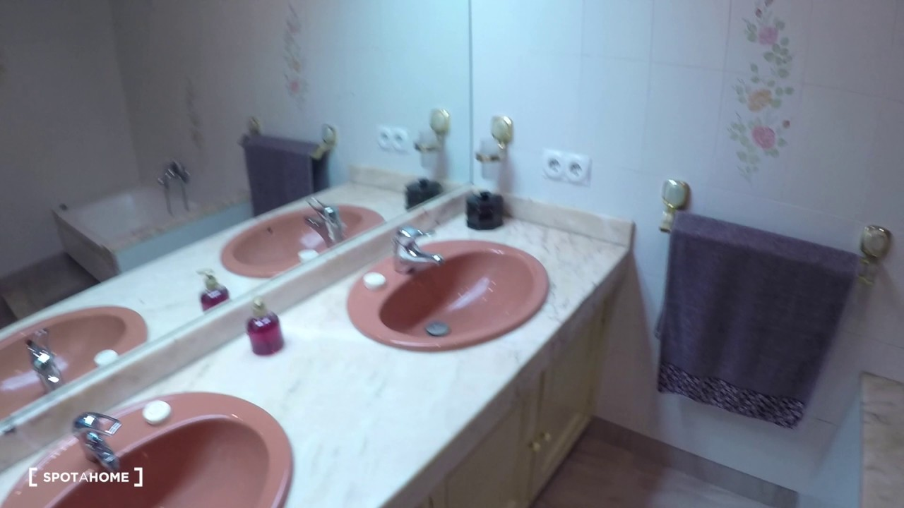 Double rooms for rent in 6-bedroom apartment in Algirós