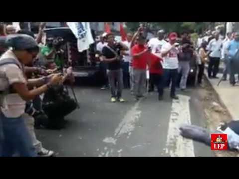 Sindicalistas queman muñeco que representa al embajador John Feeley