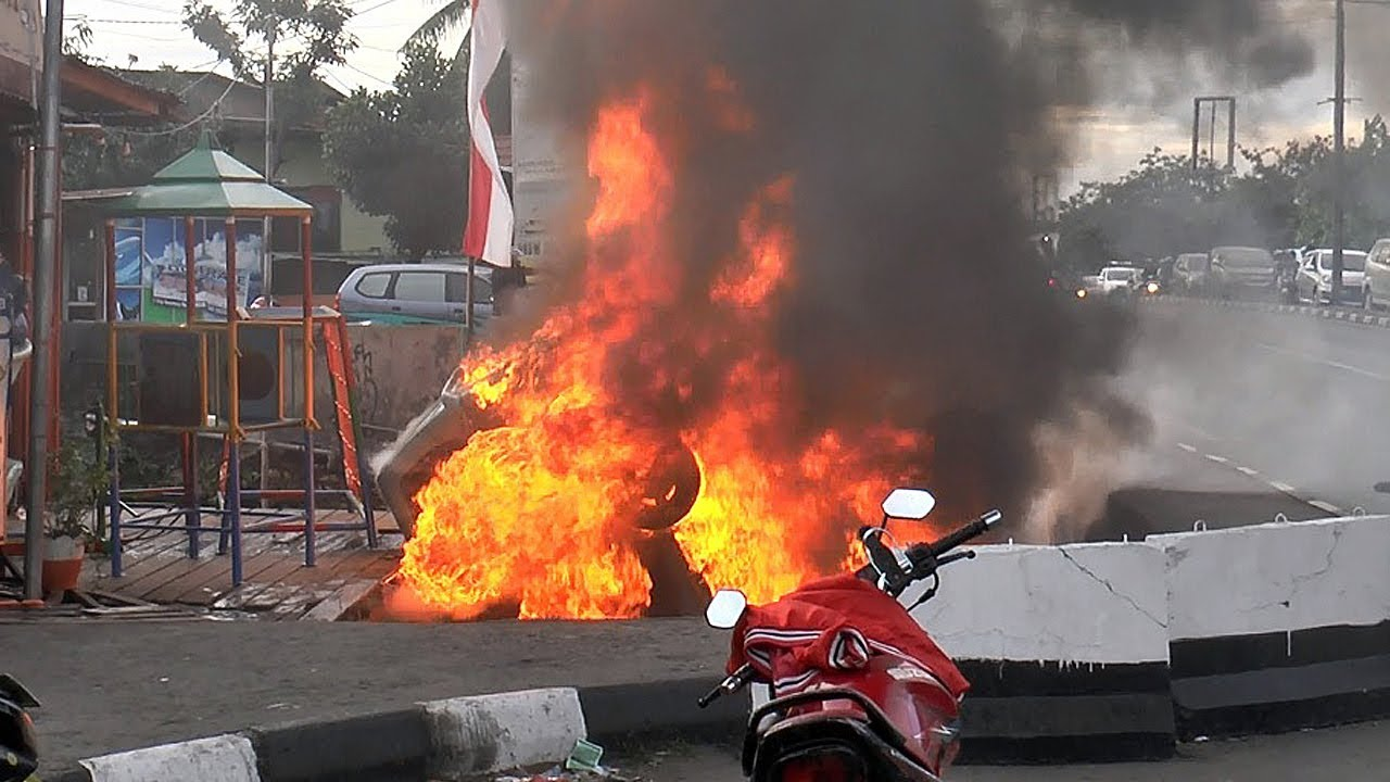 Detik-detik Angkot Terbakar Usai Nyungsep di Selokan