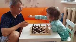 Нина играет в шахматы