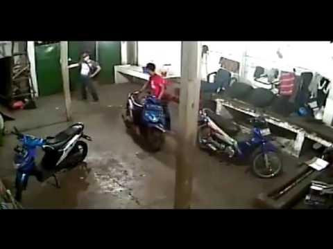 MALING MOTOR KE TANGKAP BASAH.