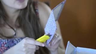 """Aprenda como fazer uma casinha de passarinho. Quer aprender mais dicas sobre festa infantil e decoração de balões (bexigas)? Conheça a Amo Festas!  - Baixe o molde neste link: http://amofestas.com/static/img/community/moldes/molde-casinha-passarinho.jpg  - Inscreva-se na nossa comunidade - http://amofestas.com - Curta nossa página no Facebook - http://facebook.com/amofestas  - Não deixe de se inscrever no nosso canal do YouTube - Gostou? Então clique em """"Gostei"""" e compartilhe com suas amigas e familiares."""