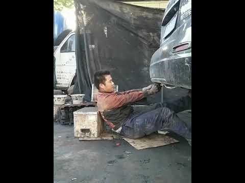 工人修車遇「放炮噴黑煙」秒變大猩猩