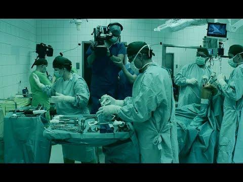 A sebész a visszéreket nézi
