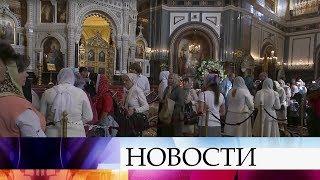 У Храма Христа Спасителя собираются верующие, чтобы поклониться мощам Спиридона Тримифунтского.