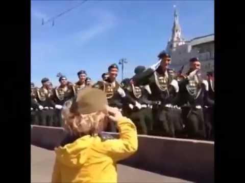 Солдаты отдают честь ребенку.на Параде Победы 2015▲Click To Share▼