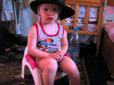 Девочка в шляпе на горшке))