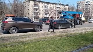 В Одессе трамвай №13 слетел с рельсов и врезался в автомобиль
