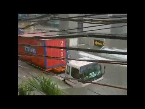 [GMA]  YouScoop: Abot-dibdib na baha sa Araneta Avenue, Quezon City
