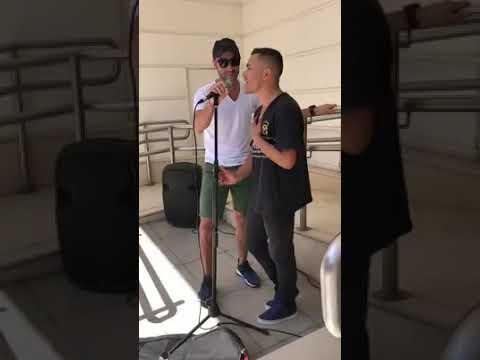 Luciano Pereyra cantó en Luján con un artista callejero