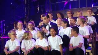 Oltner Kinderchor live on stage mit Robbie Williams in Zürich.
