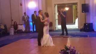فيديو أب يعترض على رقصته التقليدية مع ابنته يوم زفافها ويستبدلها بكرة وقفاز!