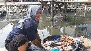 Air Tanah Asin, Sopiah Pilih Mencuci Pakaian di Kali Maja yang Keruh