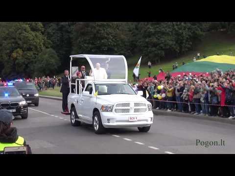 vilniečiai ir miesto svečiai sveikina popiežių kelyje nu