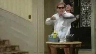 Niles danse en faisant le ménage (vf)