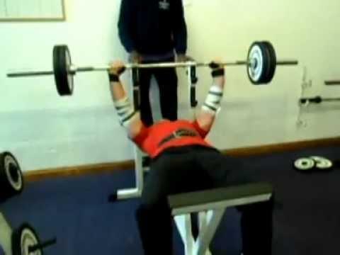 Eliptyczny trener trenuje mięśnie