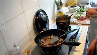 preview picture of video 'Cocinando mi primera cena'