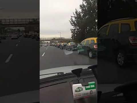 Ya llegan por la autopista cientos de taxis para marchar a Casa de Gobierno