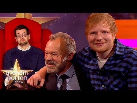 Ed Sheeran a červené křeslo