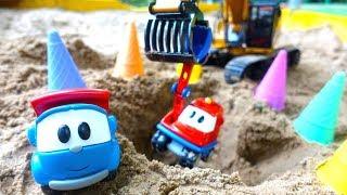 Машинки для детей. Видео с игрушками, как Лева строит заправку