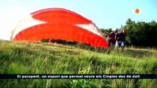 preview picture of video 'Els pilots de parapent trien els cingles de Riells del Fai'