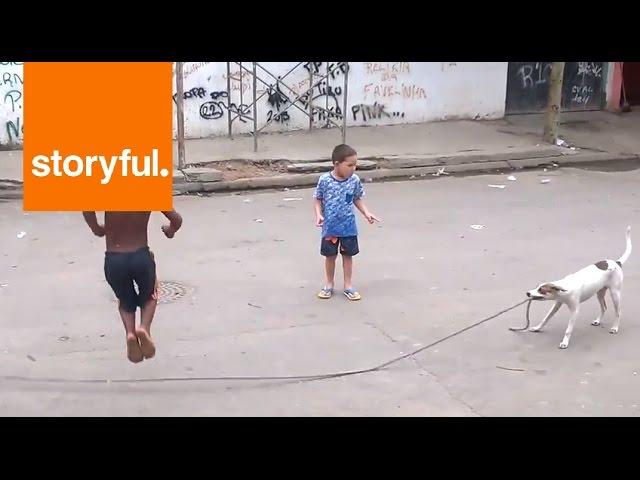 كلب يساعد الأطفال على اللعب بإستخدام حبل
