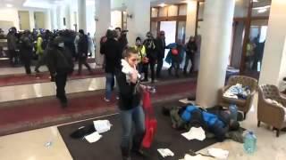 Смотреть онлайн Участники майдана умирают от огнестрельных ран
