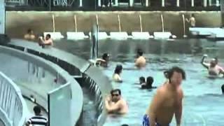 Piscina que fica na beira de um abismo encanta turistas em Cingapura