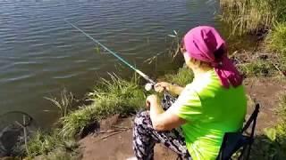 Бабушка первый раз ловит рыбу