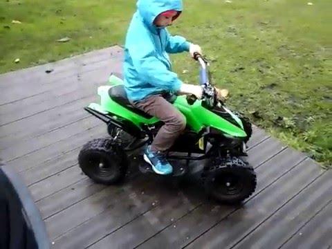 enfant drift en quad electrique