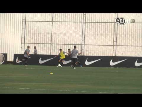 Zizao da caneta de letra em Wallace e quase faz o gol no treino do Corinthians