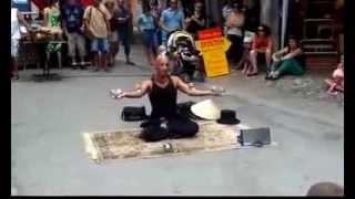 Уличный иллюзионист ломает все законы физики - 2