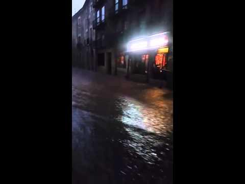 La riada en la calle Mayor del Burgo.