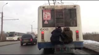 Водитель пинками прогнал с троллейбуса двух зацеперов