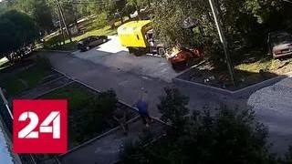 Рабочие поймали вываливавшегося из окна четвертого этажа ребенка - Россия 24