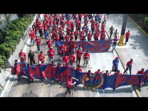 """La Banda del rojo caminando al mateo flores - Clasico 286"" Barra: La Banda del Rojo • Club: Municipal"
