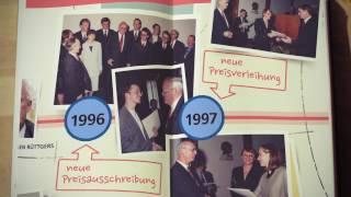 Video-Thumbnail des Jubiläumsfilms: Zeitstrahlanimation in aufgeschlagenem Notizbuch