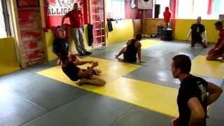 16 упражнений акробатической разминки на тренировках MMA в клубе Аллигатор
