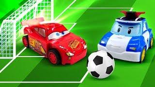 Spielzeug Kindergarten. McQueen und Robocar Poli spielen Fußball. Kindervideo.