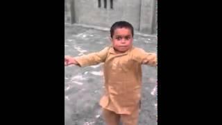 Маленький араб танцует