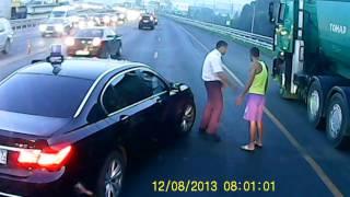 Водитель членовоза решил повесить свою царапину на дальнобойщика.