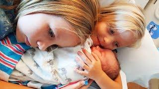 МАМА РОДИЛА Сестричку Николь Алисе и Саше ! VLOG Едем смотреть малышку сестру / Украшаем  комнату