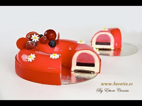Tarta de chocolate blanco con frambuesa, arándanos, y glaseado espejo